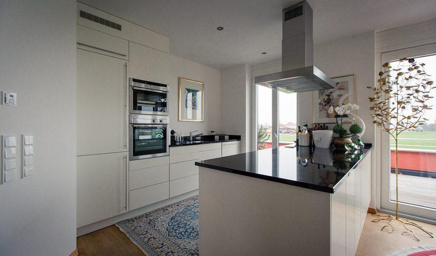 Offene Küche mit Echtmarmorplatte